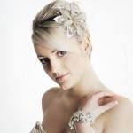 Невеста со свадебной прической с короткими волосами и челкой на бок