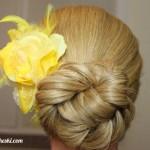 аккуратно собранные волосы в пучок с цветком