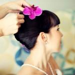 Борюнетка с розовым цветком в волосах
