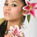 Азиатка с цветком в волосах
