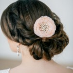 Невеста с цветком в волосах
