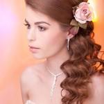 Красивая девушка с розовым цветком