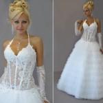 Блондинка с красивой прической в свадебном платье