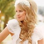 Блондинка с ободком и красивой прической