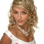 Блондинка с заплетенными волосами и стразами