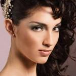 Девушка брюнетка со свадебной прической