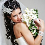 Девушка с длинными волосами с цветами и фатой