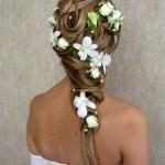Девушка с цветами на длинных волосах вид сзади