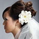 Фотография невесты с фатой и цветком на голове