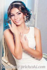 Красивая девушка с прической в греческом стиле