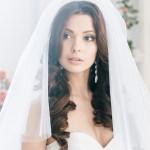 Невеста брюнетка с длинными волосами и фатой