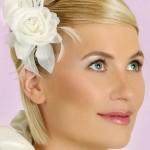 Невеста с прической на короткие волосы с цветком в волосах