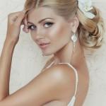 Невеста с живым цветком в волосах
