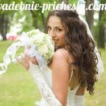 Невеста со свадебной прической на длинные волосы с цветами