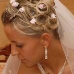 Невеста в свадебном платье с цветком и фатой