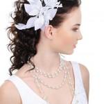 Невеста в свадебном платье с цветком на длинных волосах