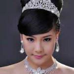 Невеста с ожирельем и красивой диадемой на голове