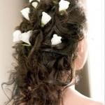Прическа сзади с розами на волосах