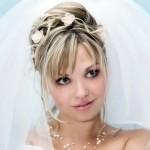 Симпотичная невеста с шикарной фатой и цветками
