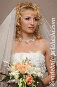 Свадебная прическа на средние волосы у невесты с диадемой и фатой