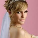 невеста со свадебной прической с диадемой на голове