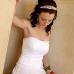 невеста в свадебном платье с диадемой на голове