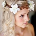 Свадебная прическа на волнистые волосы у блондинки с цветами на голове