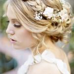 Невеста с красивой прической и цветами на распущенных волосах