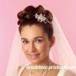 Невеста с цветком и пучком на голове