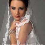 Девушка в свадебном платье с прической пучек