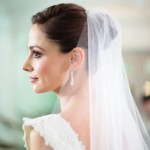 свадебная прическа пучок у невесты в белоснежном платье
