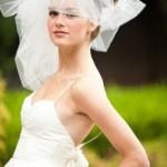 невеста в свадебном платье с фатой