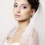 невеста в свадебном платье с прической пучек