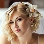 Свадебная прическа с цветами и фатой на короткие волосы
