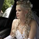 Свадебная прическа с цветами и фатой у невесты