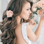 Свадебная прическа с живым цветком в волосах