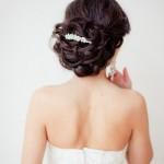 Свадебная прическа в греческом стиле на средние волосы у очаровательной брюнетки