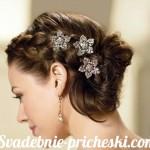 Свадебная прическа в греческом стиле на средние волосы с цветками в волосах