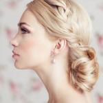 Свадебная прическа в греческом стиле на средние волосы у блондинки