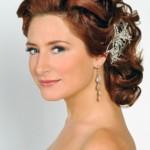 Свадебная прическа в греческом стиле на средние волосы у девушки с цветком в волосах