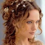 Свадебная прическа в греческом стиле на средние волосы у голубоглазой блондинки
