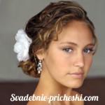 Свадебная прическа в греческом стиле на средние волосы у голубоглазой девушки