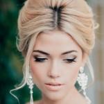 Блондика с прической на средние волосы