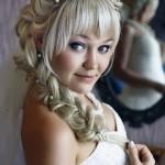 Блондинка с пышными волосами с челкой