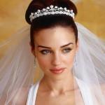 Свадебная прическа с диадемой у невесты