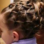 Образец плетения маленьких косичек у девочки