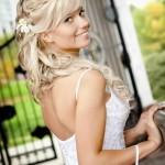 Улыбчивая блондинка со свадебной прической на длинные волосы