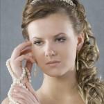 Невеста со свадебной прической на круглое лицо