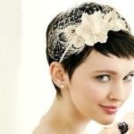 Девушка с короткими волосами, челкой и ободком на голове