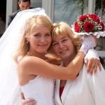 Мама и дочка с красивыми свадебными прическами